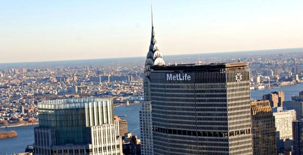 Logotipo posicionado no topo do prédio da Metllife em Nova York